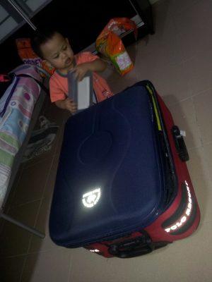 Packing barang yang di 'bantu' oleh budak ini. Memang lama jawabnya